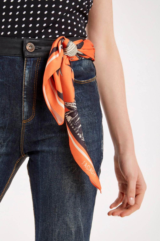 lenço na amarrado na cintura